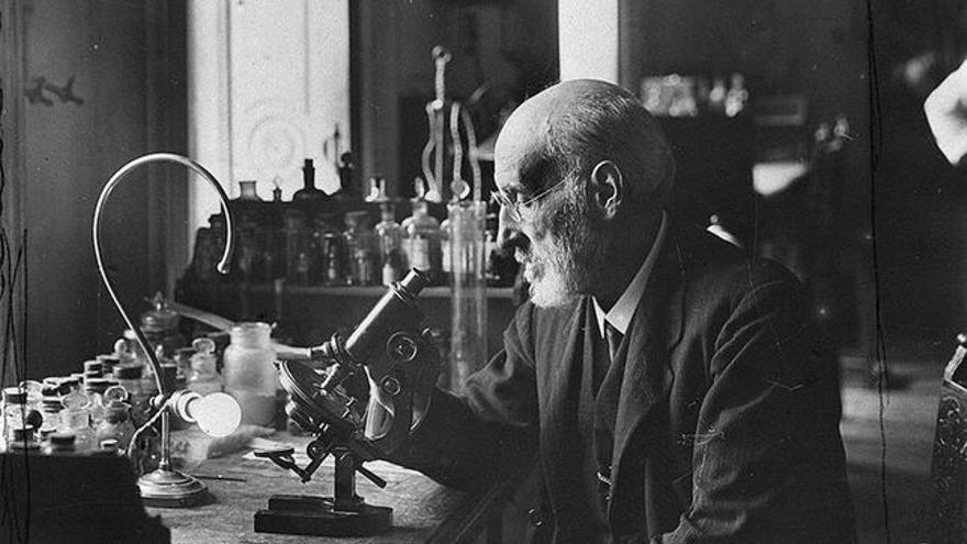 Santiago Ramón y Cajal en su laboratorio