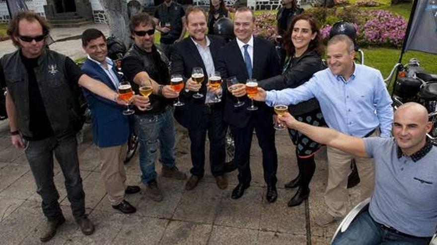 El alcalde de Las Palmas de Gran Canaria brinda con los 'SIN Riders' en una campaña para concienciar sobre  la incompatibilidad entre alcohol y conducción