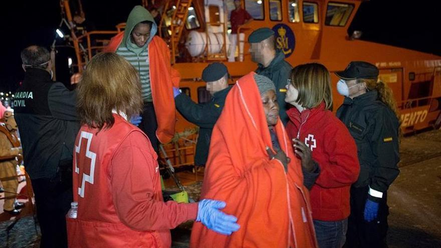 Trasladan a hospital a una mujer que llegó en patera rescatada por Salvamento