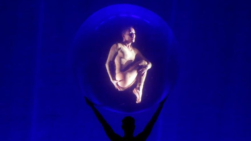 Dante se viste de bailarín acrobático en Bogotá
