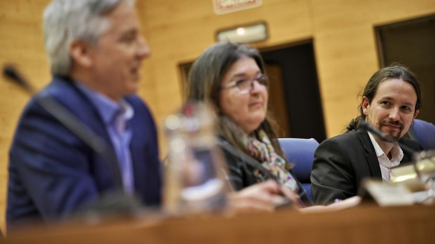 Pablo Iglesias (al fondo), junto a la decana de Políticas de la UCM,  Esther del Campo, y el exvicepresidente de Bolivia, Álvaro García Linera.
