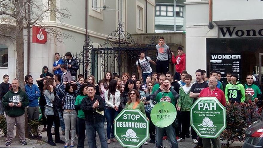 Los miembros de la PAH de Santander en una de sus acciones de protesta.