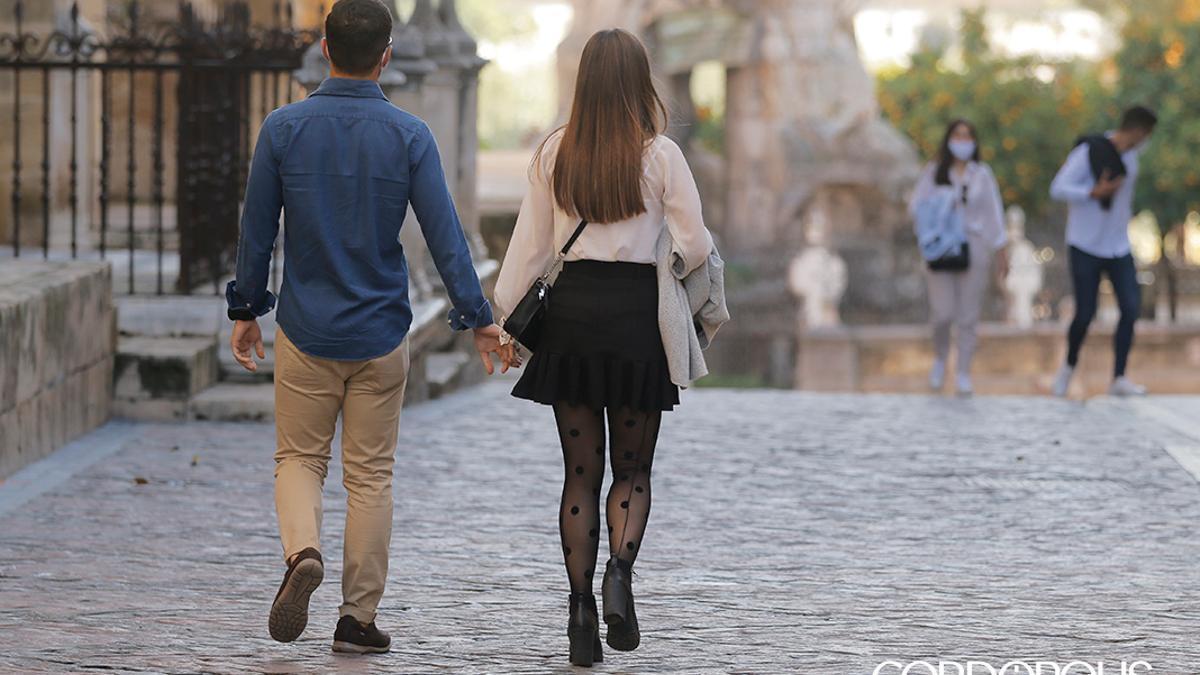 Dos jóvenes paseando en Córdoba