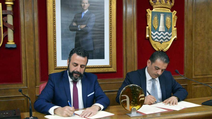 Los dos alcaldes durante la firma del Memorando. Fotografías: Álvaro Díaz Villamil/ Ayuntamiento de Azuqueca de Henares