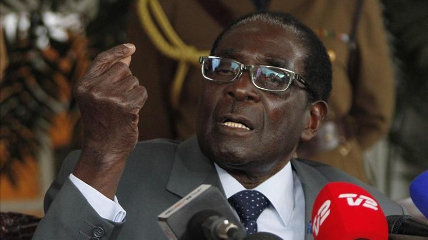 Robert Mugabe, reelegido presidente de Zimbabue tras ganar las elecciones con un 61% de los votos