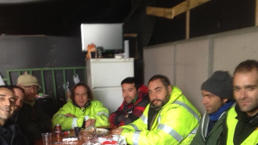 Los trabajadores de Cablenor, en el exterior de la factoría.