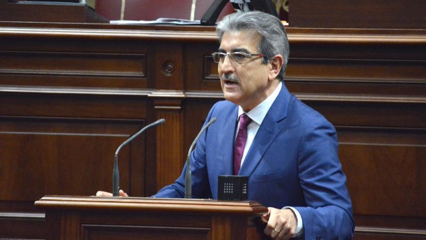 El presidente de Nueva Canarias (NC), Román Rodríguez, durante su intervención en el Parlamento de Canarias.
