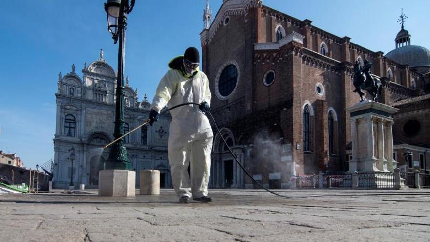 Un operario desinfecta la plaza de San Marcos en la ciudad de Venecia.