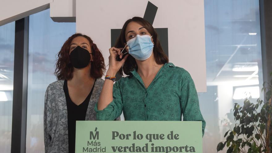 La portavoz de Más Madrid en el Ayuntamiento de Madrid, Rita Maestre, acompañada de la 'número 5' del partido