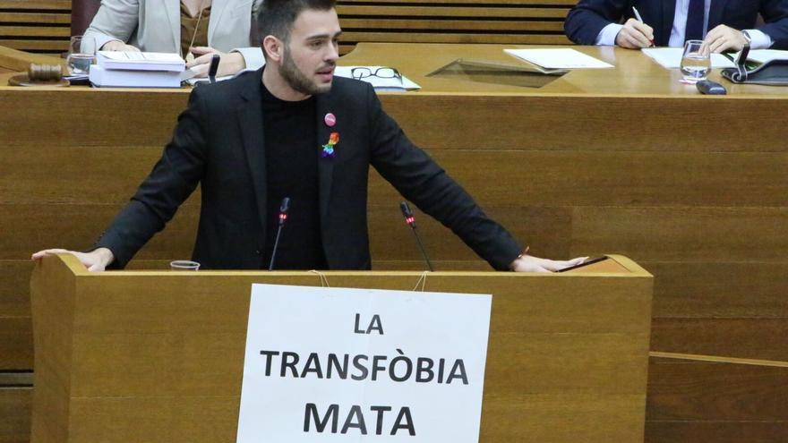 Fran Ferri, síndic de Compromís, con un cartel contra la transfobia