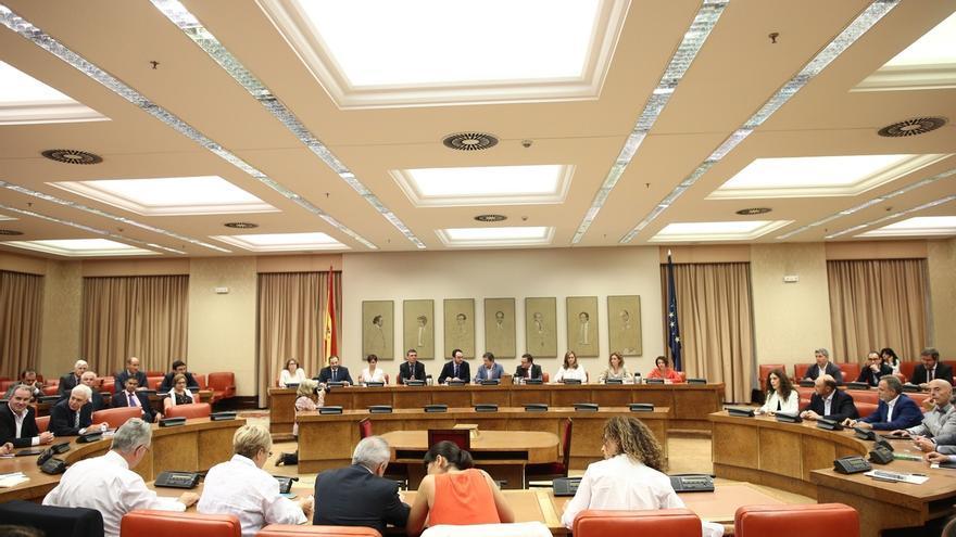 El presidente de la gestora del PSOE, Javier Fernández, reunido con el grupo socialista en el Congreso de los Diputados.