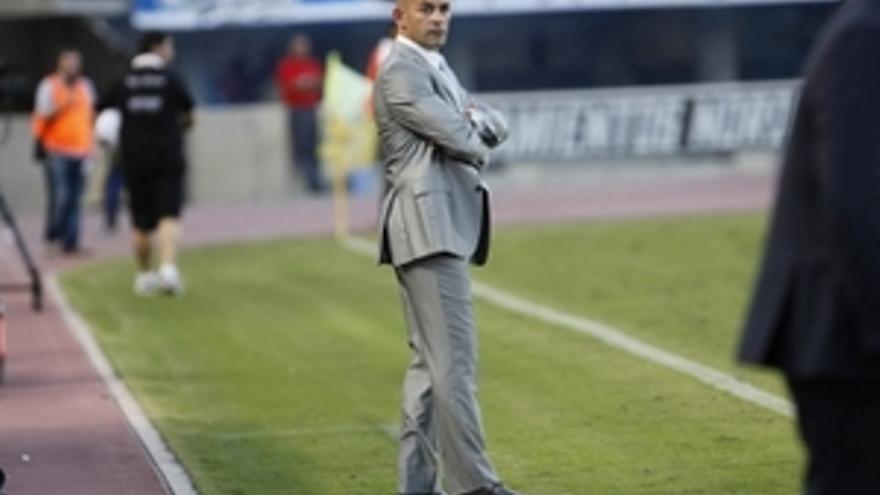 Paco Jémez antento al desarrollo del encuentro que enfrentó a su equipo con el Rayo Vallecano. (ACFI PRESS)
