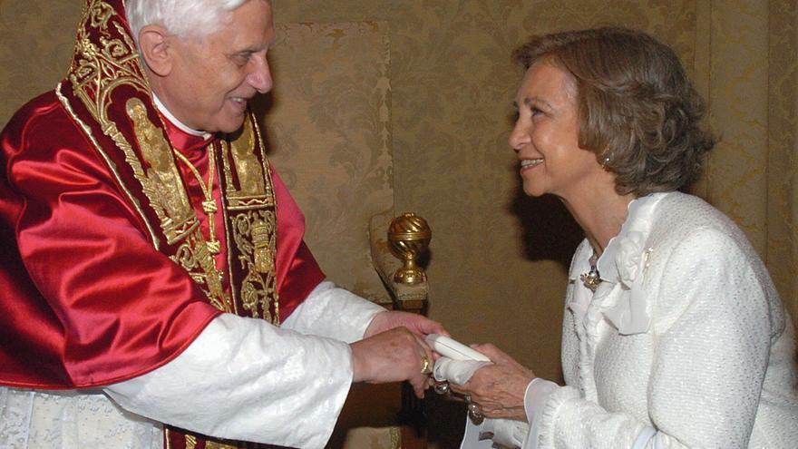 El papa Benedicto XVI entrega un regalo a la Reina de España en su residencia veraniega de Castel Gandolfo, cercana a Roma, durante la audiencia que el sumo pontífice ofreció hoy a los Reyes. EFE/ANGEL DIAZ