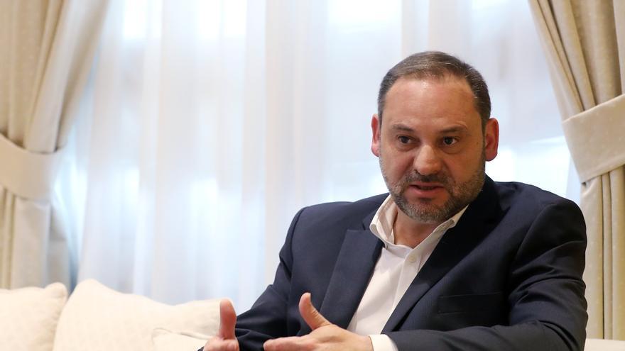 El secretario de Organización del PSOE y ministro de Fomento en funciones, José Luis Ábalos, en un momento de la entrevista con eldiario.es