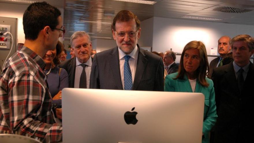 Rajoy observa las investigaciones del microbiólogo Rui Benedito / M. A.