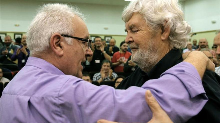 El coordinador federal de Izquierda Unida, Cayo Lara, abraza al portavoz de AGE, Xosé Manuel Beiras. / Efe
