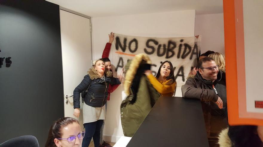 Protesta de inquilinos de pisos de protección oficial en Barcelona