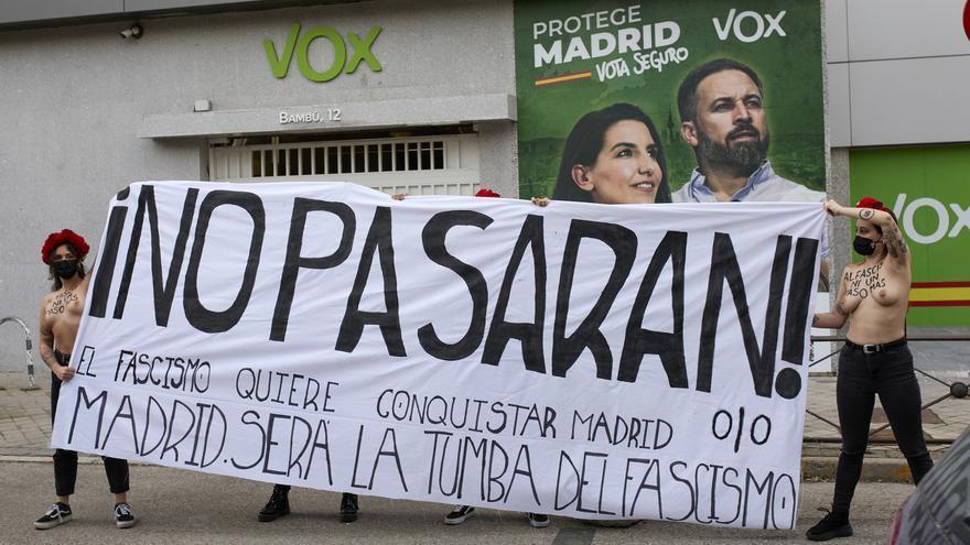 Dos activistas de Femen protestan ante la sede de Vox en Madrid con el lema 'No pasarán'