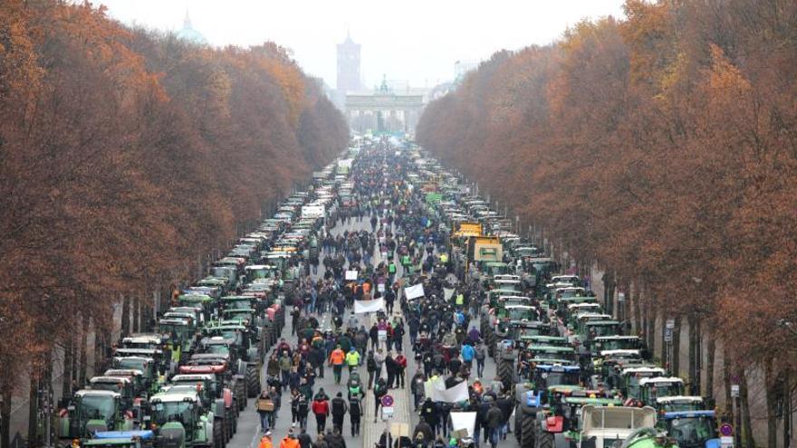 manifestación de agricultores alemanes contra las medidas ecológicas del Gobierno de Angela Merkel.