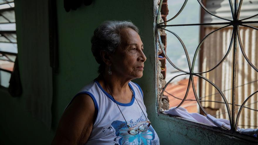 Hilda Márquez, de 76 años, mira por la ventana el lunes 29 de junio en su casa del barrio Guaicaipuro de Catia, en Caracas (Venezuela).