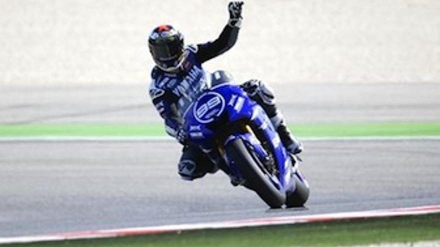 Lorenzo levanta el brazo en señal de victoria tras cruzar la meta. (EP)