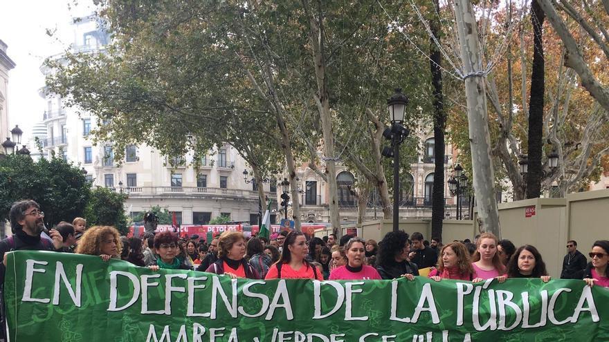 """Miles de personas se manifiestan en Sevilla para que cesen los """"recortes"""" y pedir más personal"""