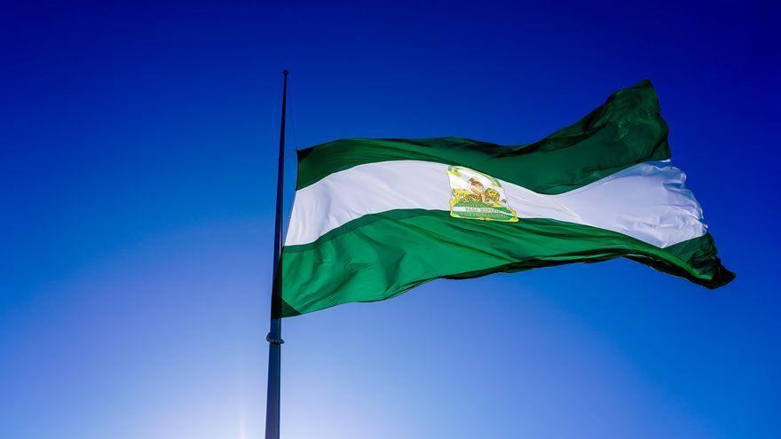 Archivo - Bandera de andalucía a media asta en la Av.de Andalucía, en homenaje a las víctimas de la pandemia de coronavirus en el segundo día de luto oficial declarado en Andalucía. Sevilla a 8 de mayor 2020