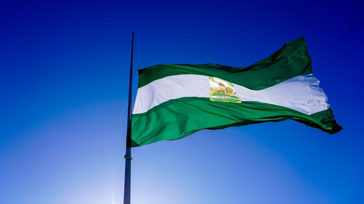 Bandera de Andalucía a media asta por las víctimas de la pandemia