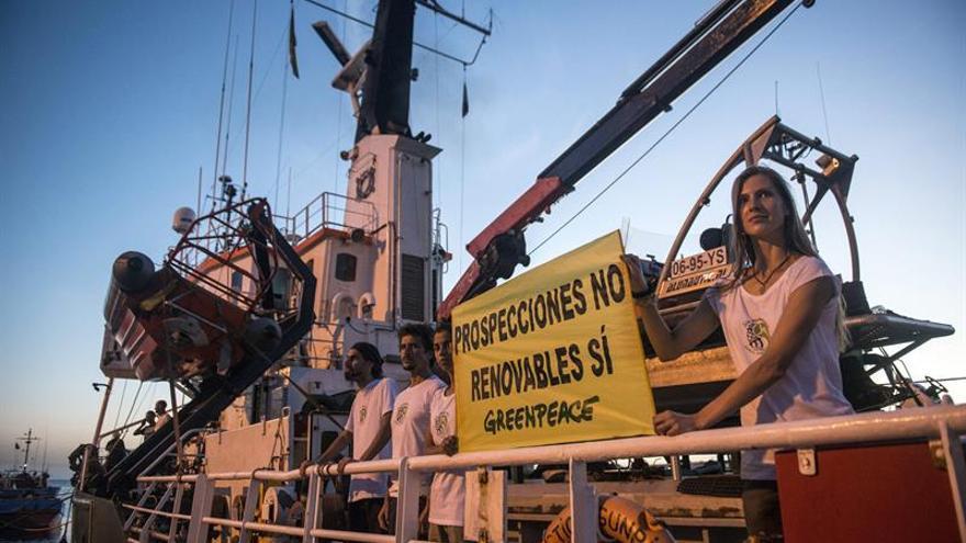El barco de Greenpeace 'Arctic Sunrise' ha llegado al puerto de Lanzarote, para iniciar una campaña contra las prospecciones petrolíferas previstas en las islas, que incluye tres jornadas de puertas abiertas al público. EFE/JAVIER FUENTES FIGUEROA