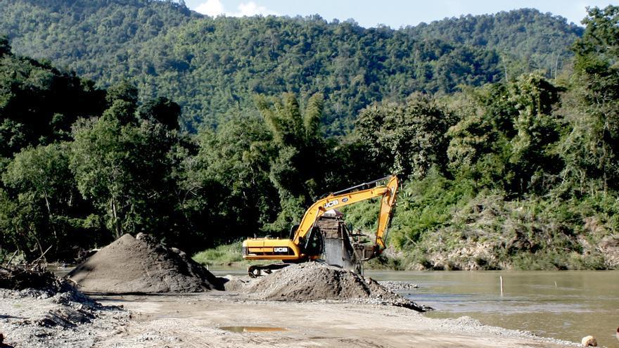 Extracción de arena en el río Nam Khan (Laos)