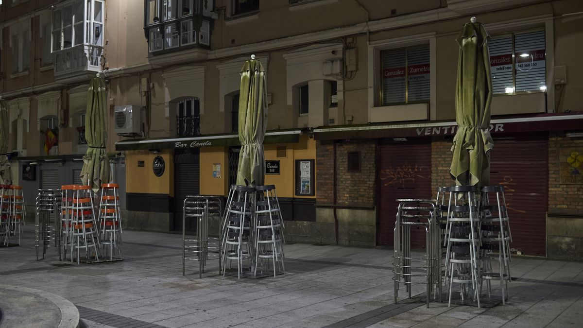 Terraza vacía en Santander minutos antes de toque de queda.
