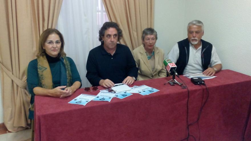 Los cuatro miembros de la Plataforma por el Derribo del Mamotreto y contra la Corrupción durante la rueda de prensa.