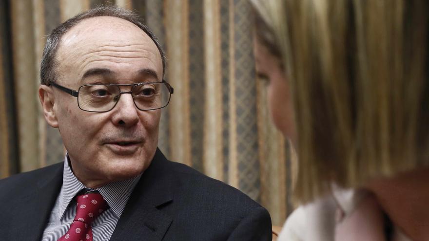 Luis María Linde, gobernador del Banco de España, junto con Ana Oramas, de Coalición Canaria.