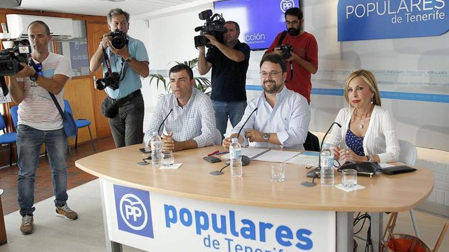 El presidente del Partido Popular de Canarias, Asier Antona (c), junto a la portavoz parlamentaria, Australia Navarro, y el presidente de los populares en Tenerife, Manuel Domínguez