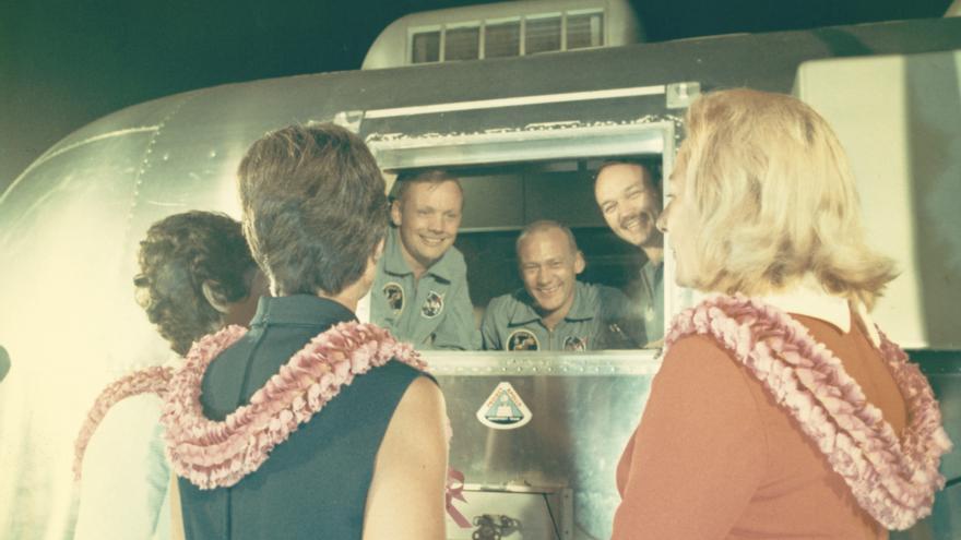 Los astronautas dentro de un vehículo de cuarentena, 27 de julio de 1969