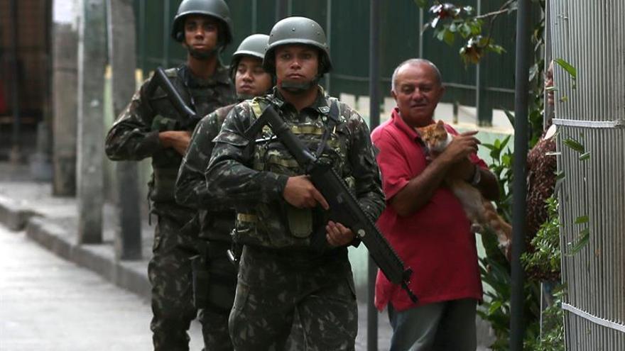 Temer prorroga por otro año la presencia de 10.000 militares en Río de Janeiro
