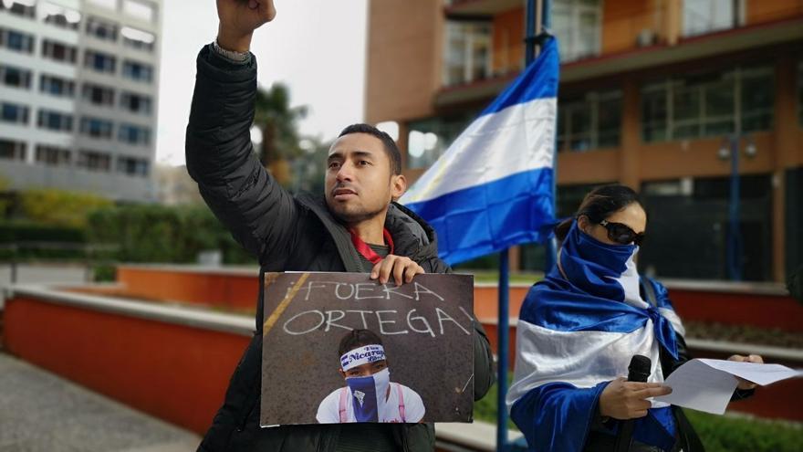 Dos manifestantes, frente a la embajada de Nicaragua en España