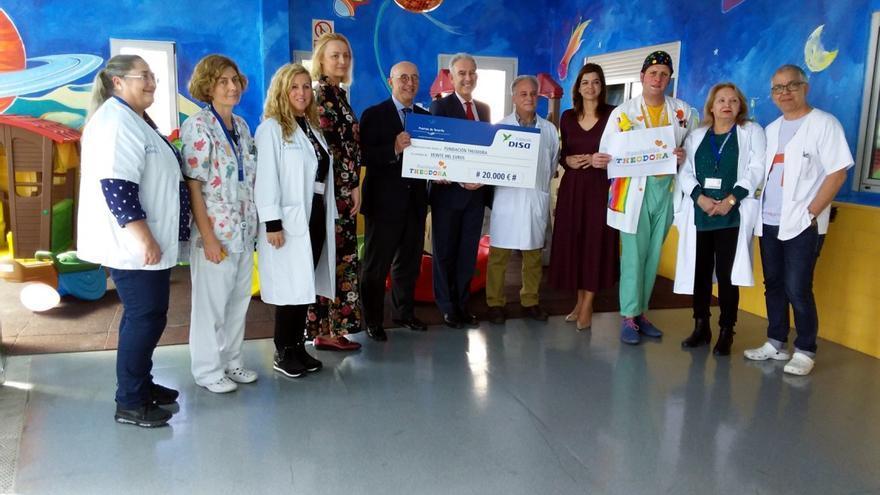 Foto de familia con el acto de entrega de la ayuda dineraria en el hospital de la Candelaria este miércoles
