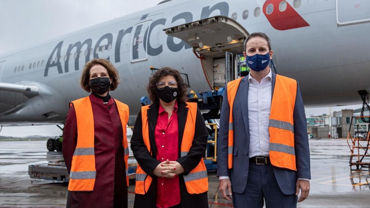 La ministra Carla Vizzotti estuvo acompañada para recibir el primer lote de Pfizer por la Encargada de Negocios de la Embajada de Estados Unidos, MaryKay Carlson, y Nicolás Vaquer, del laboratorio Pfizer.