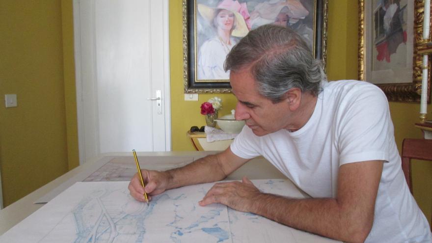 En la imagen, Luis Morera perfilando bocetos de sus múltiples sus proyectos. Foto: LUZ RODRÍGUEZ.