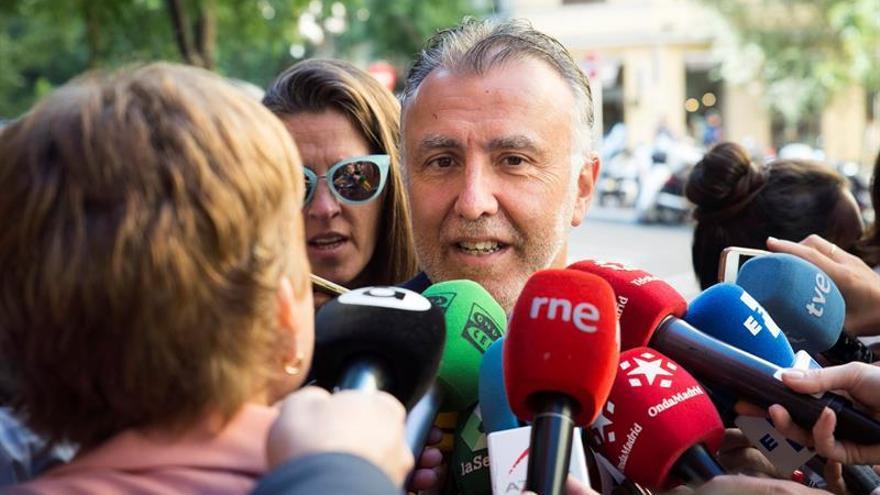 El presidente de Canarias, atendiendo a los medios de comunicación