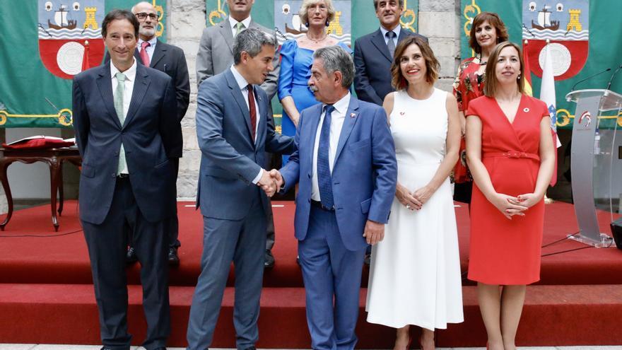 Foto de familia del Gobierno de Cantabria tras la toma de posesión de los consejeros. | LARA REVILLA