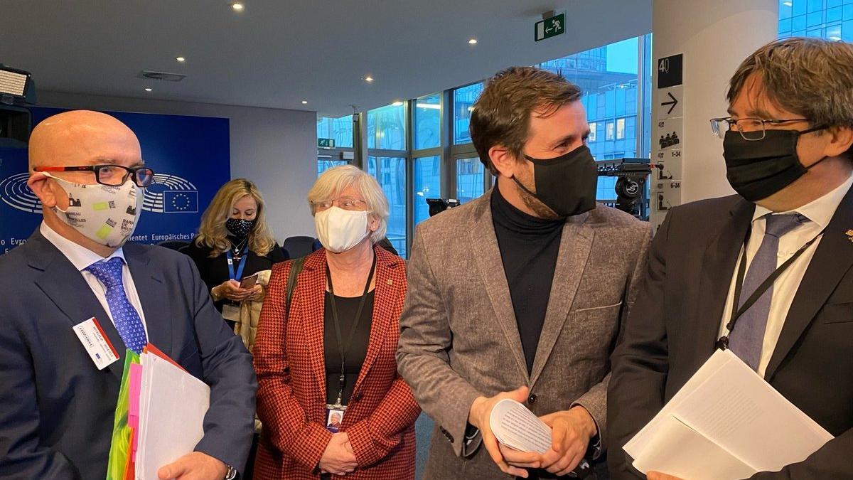 El abogado Gonzalo Boye y los eurodiputados Clara Ponsatí, Toni Comín y Carles Puigdemont, este 14 de enero, antes de entrar en la comisión de Asuntos Jurídicos que trata su suplicatorio.