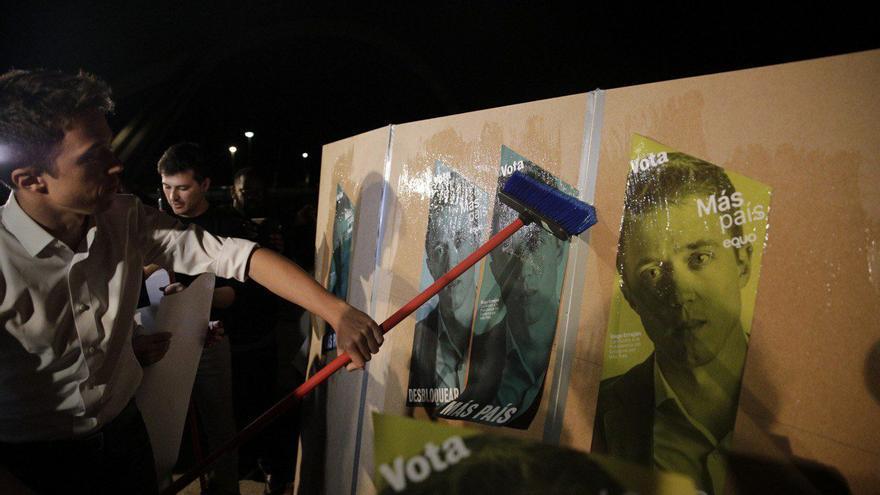 El candidato de Más País, Íñigo Errejón, pega carteles en Sevilla en el arranque de campaña.