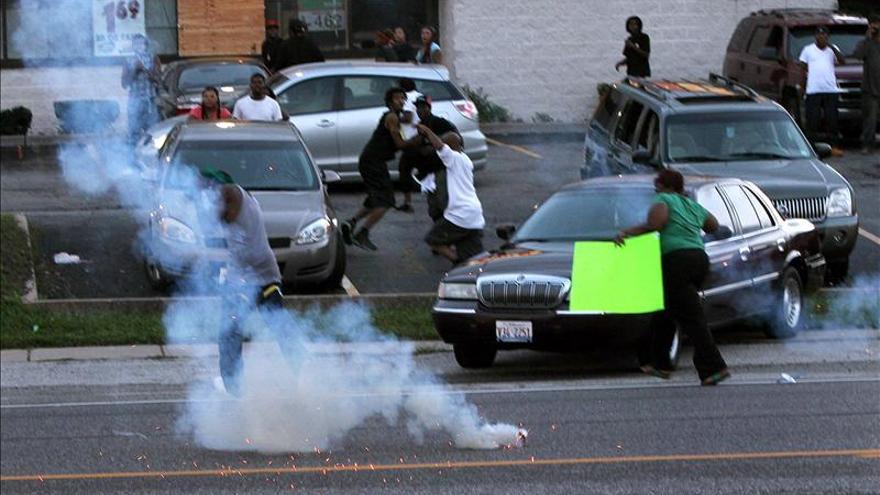 Segunda noche de disturbios en la ciudad de Misuri por la muerte de un joven negro