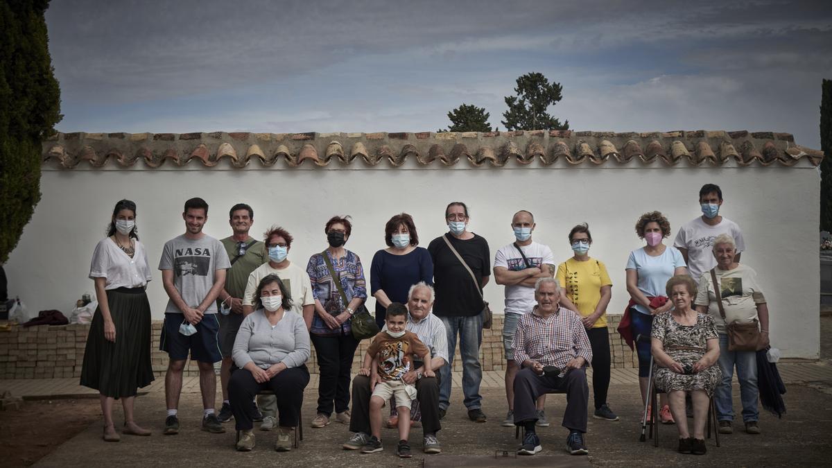 Familiares de fusilados en la fosa común de Manzanares