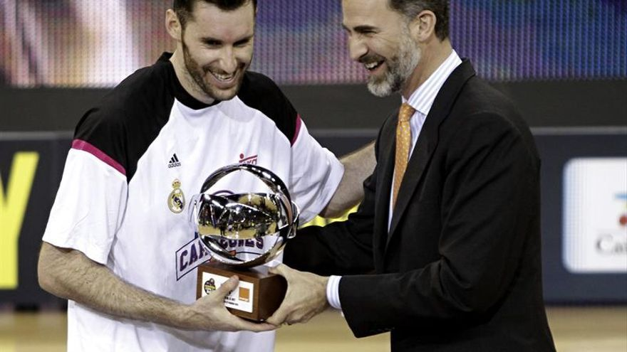 Rudy Fernández recibiendo el trofeo de MVP de manos del rey Felipe VI. EFE/Ángel Medina G.