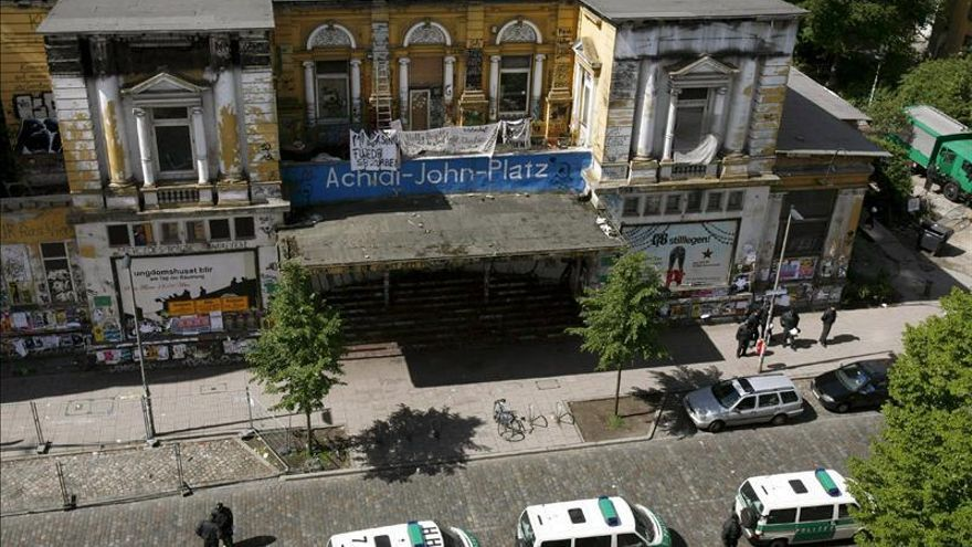 El centro cultural de Hamburgo motivo de la protesta, vigilado por la policía.