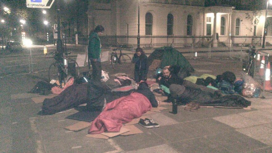 Miembros de la Asamblea 15M de Londres han pasado la noche frente a la embajada española / Foto: @15MLondon