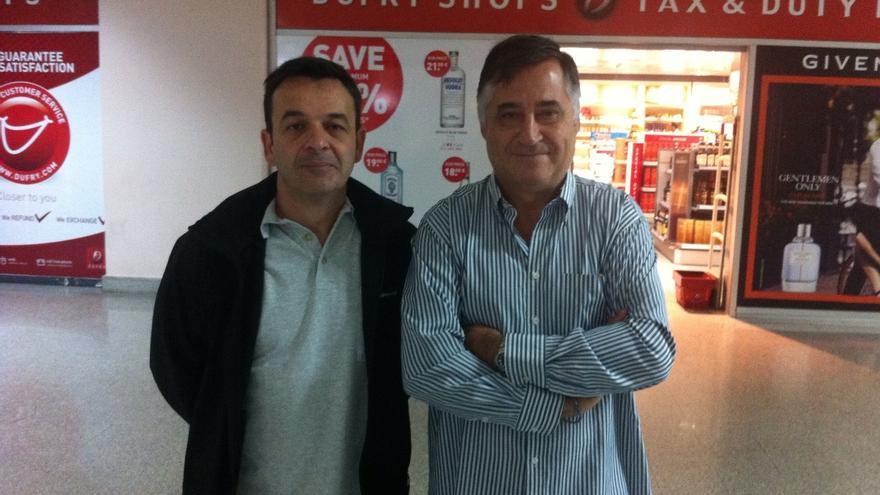 Luis Mangrané (izqda) y Gervasio Sánchez (dcha) en el aeropuerto de Casablanca